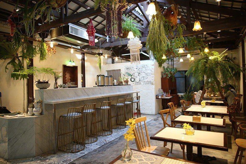 既有傳統泰式吊飾又充滿現代感的桌椅擺飾,充滿巧思。
