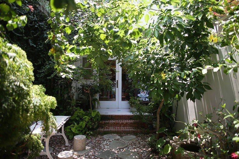推開門扉,法國鄉村式庭園映入眼簾。
