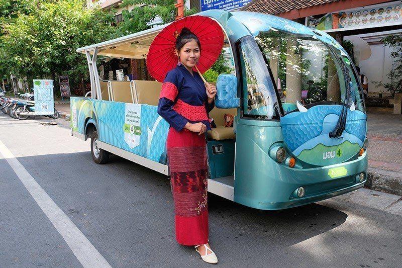 每列車都會有漂亮的泰北女孩隨車解說,身上穿的傳統服飾也美極了。
