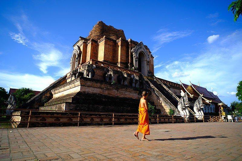 搭著MOMCAR,一定要在柴迪隆寺下車入內一遊,感受石大象古城遺跡的美好。