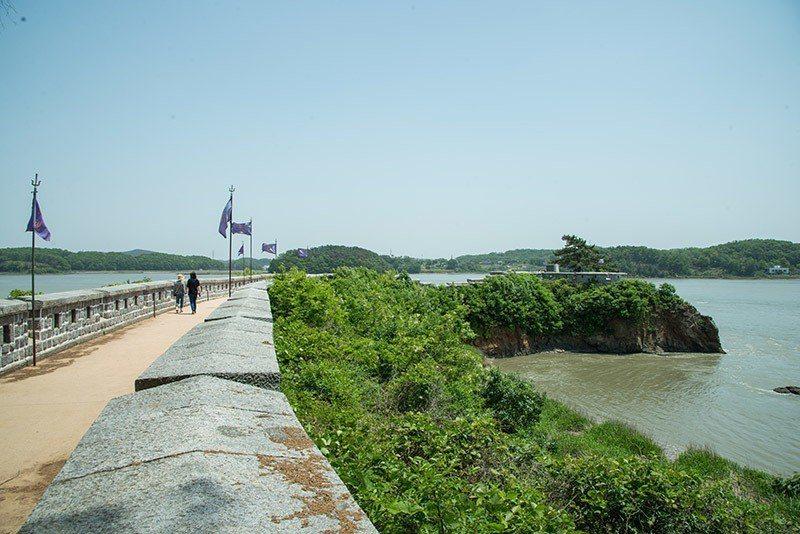 江華戰跡地淨化紀念碑豎立在龍頭墩臺上。