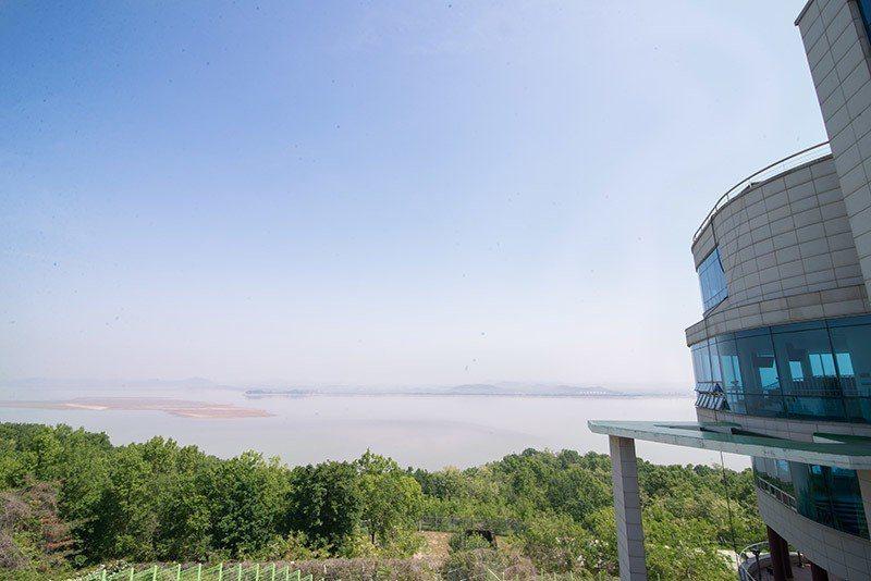 在江華和平展望台近距離和北韓接觸。