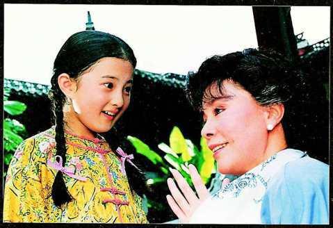 瓊瑤電視劇「婉君」當年的9歲女童星金銘,更一舉成為90年代最紅的童星,她後來還在瓊瑤連續劇「雪珂」演出「小雨點」,更在她主演的「青青河邊草」演唱插曲「小雨點」,至今仍有許多人能夠朗朗上口,而後頂多只...