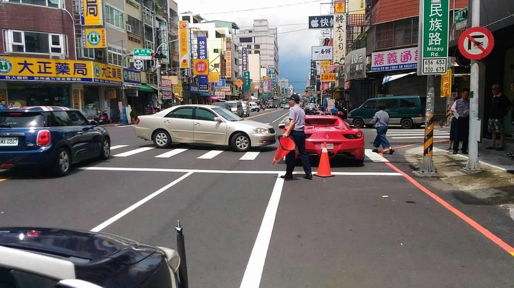 國產車Toyota在路口迴轉撞花正起步的千萬超跑,引起網友們熱議。記者姜宜菁/翻攝