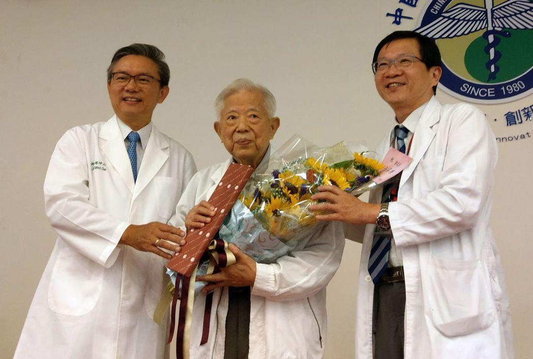77歲謝姓病患(中)開心分享抗癌經驗。記者趙容萱/攝影