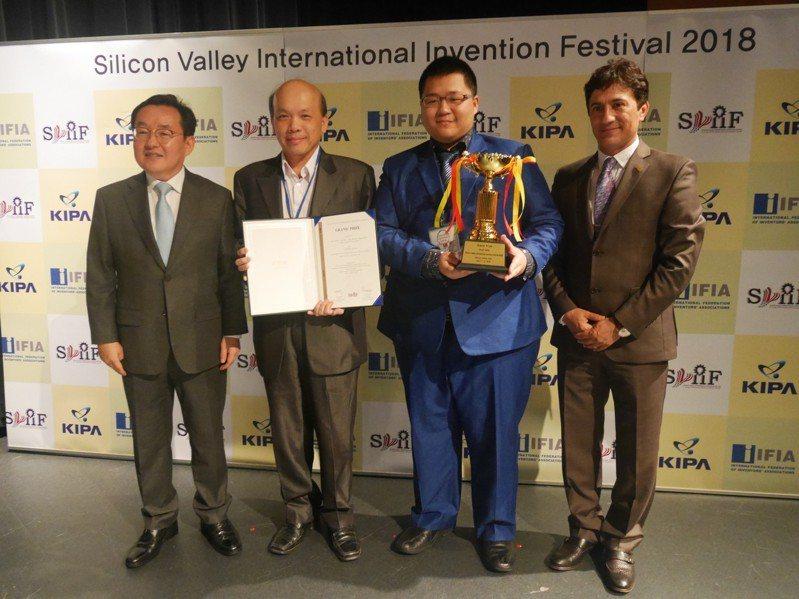 台北城市科技大學師生發明「多功能智慧手機秤」,可結合手機功能輕鬆秤重,獲得美國矽谷國際發明展大會首獎。圖/台灣發明協會提供