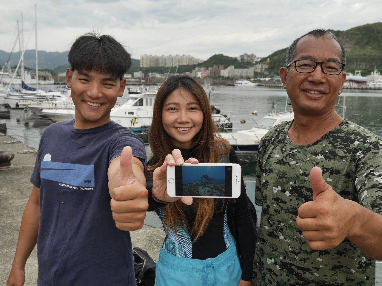 基隆市潛水教練王銘祥,和Gino,Ray等人,在象鼻岩海域附近發現十個藍球場大的...
