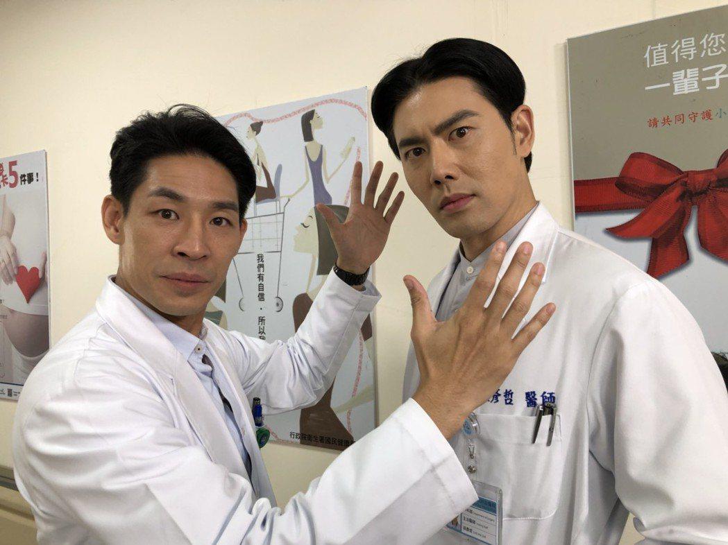 藍鈞天(左)演整形醫生。圖/民視提供