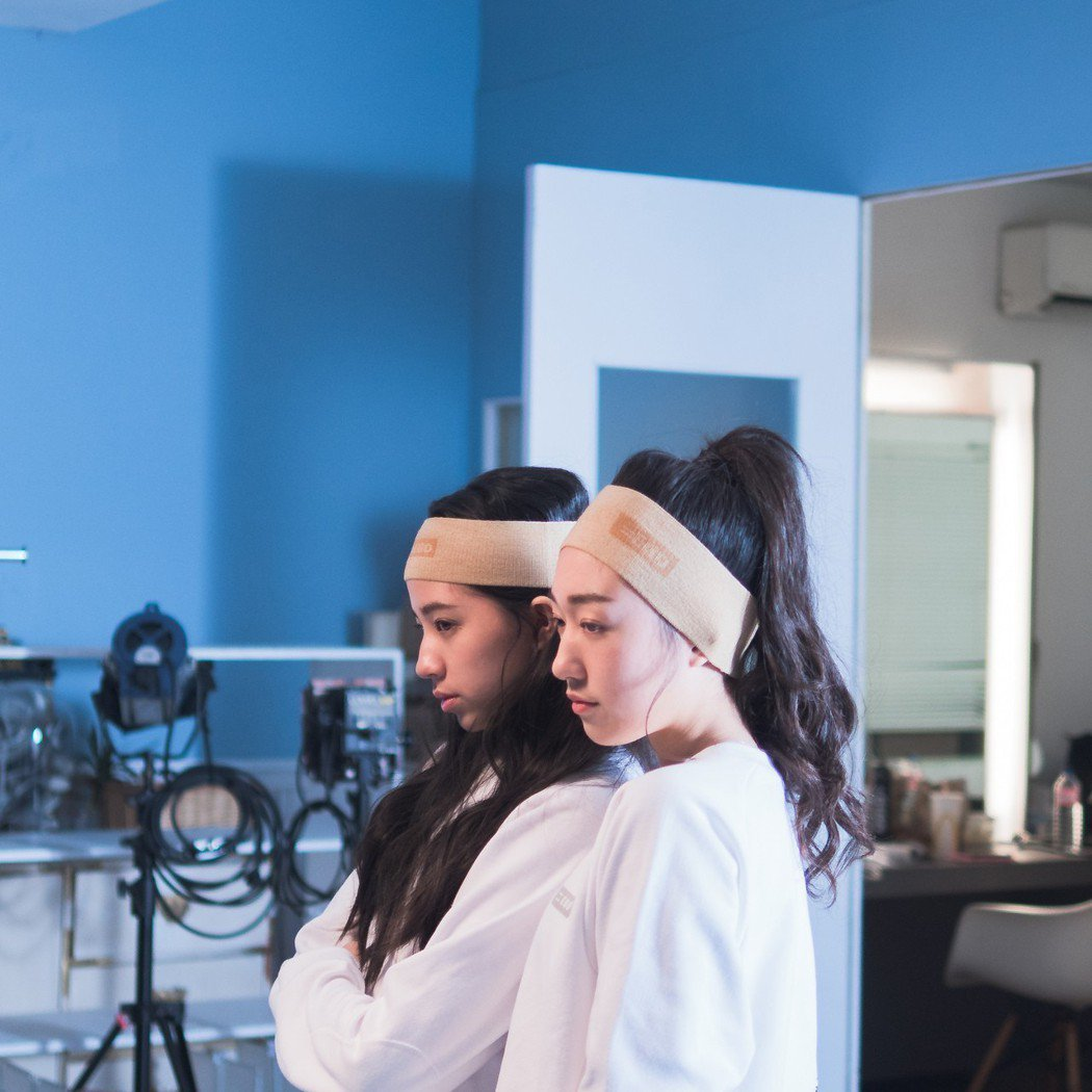 歐陽娣娣(左)和香奈兒擔任嚴爵服裝品牌模特兒。圖/摘自臉書