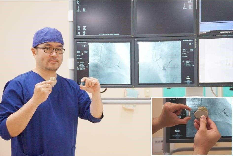 新竹馬偕醫院心臟內科醫師林柏霖成功為病患植入新一代膠囊型無導線心律調節器,左手拿...
