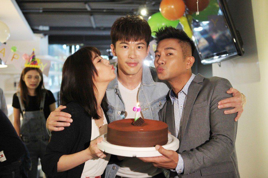 黃少祺(中)過生日,韓瑜(左)和謝承均幫忙慶生。圖/三立提供