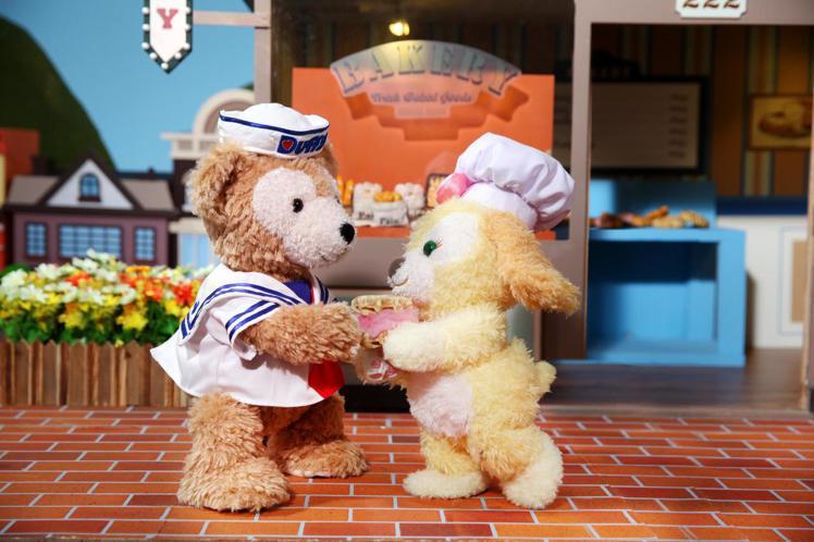 Duffy與Cookie相遇,突發奇想製作棉花糖鬆餅三明治。圖/香港迪士尼樂園提...