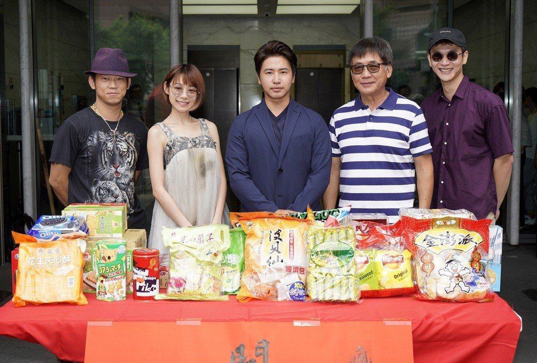 歐漢聲(中)、林明禎(左二)主演的「瘋狂電視台」已順利開拍,瞄準2019年賀歲檔