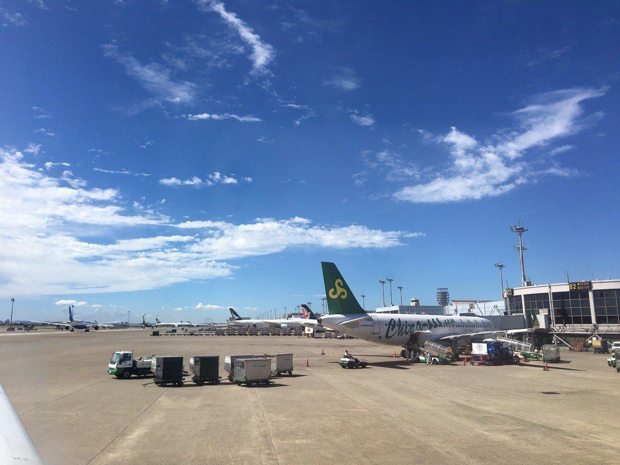 除了乘客行李及郵件外,客機也會載貨物賺取利潤,但可能因此延誤起飛時間。記者魏妤庭...