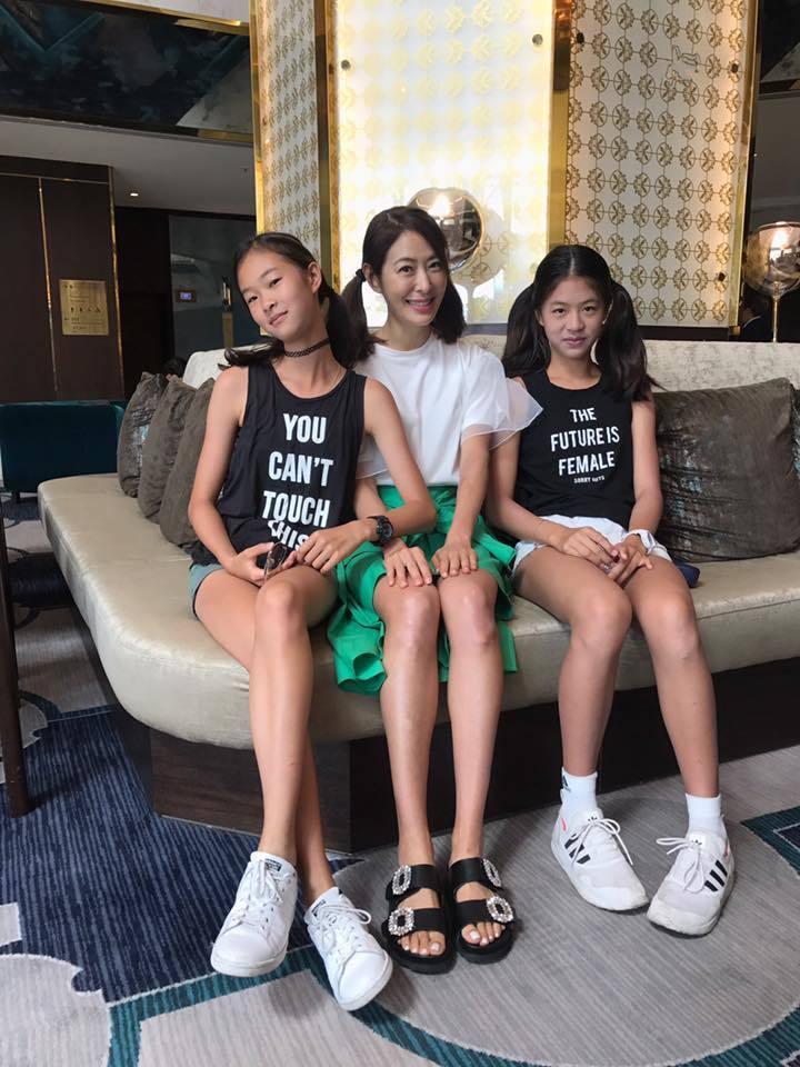 賈永婕(中)兩個女兒都出脫美麗大方。圖/賈永婕提供