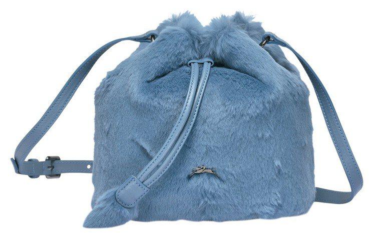 Give Me A Hug飛行藍水桶包,售價18,900元。圖/LONGCHAM...