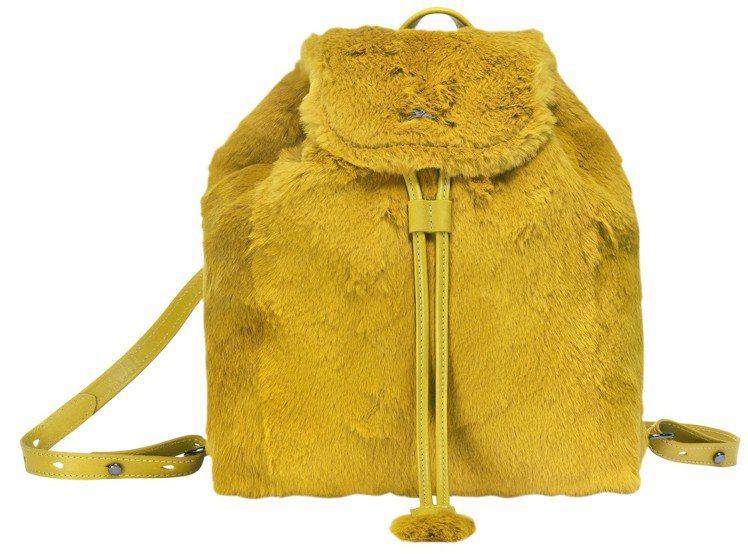 Give Me A Hug蜜色兔毛後背包,售價28,600元。圖/LONGCHA...