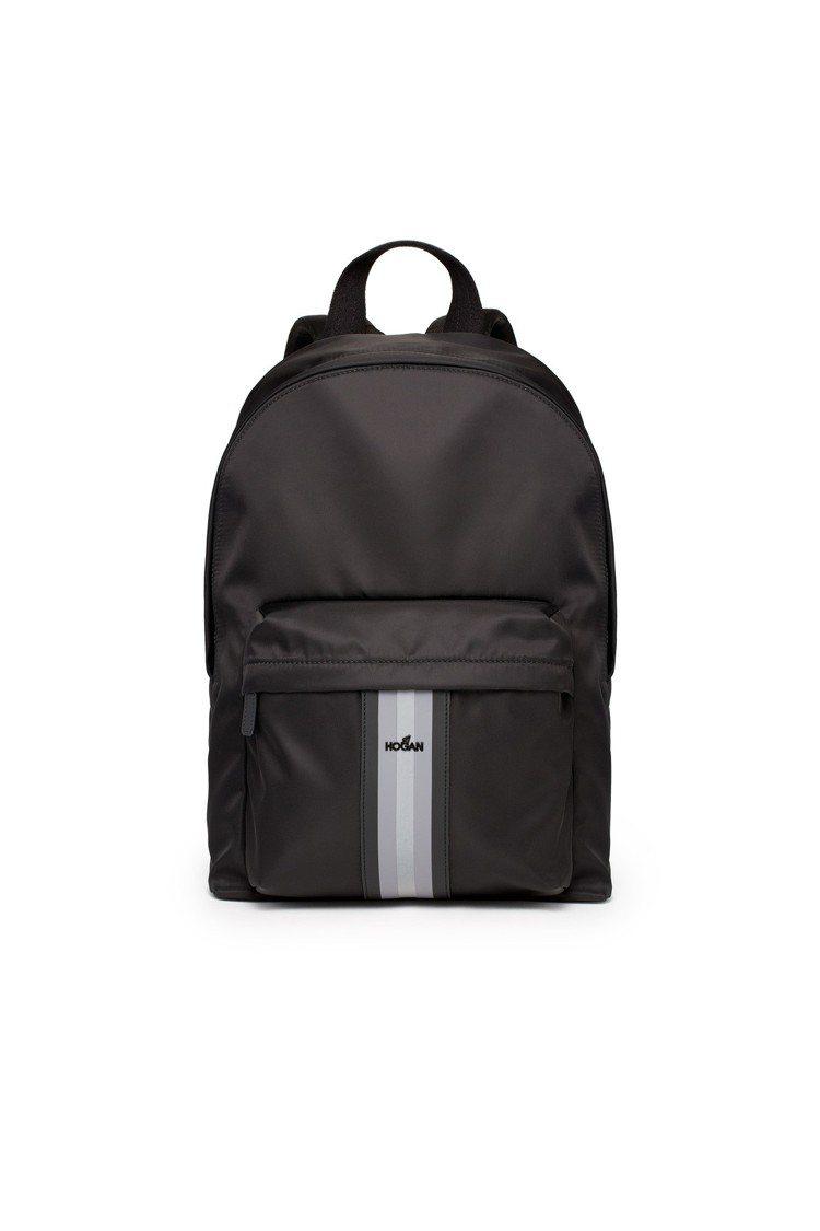黑色尼龍材質男士後背包,售價28,300元。圖/HOGAN提供