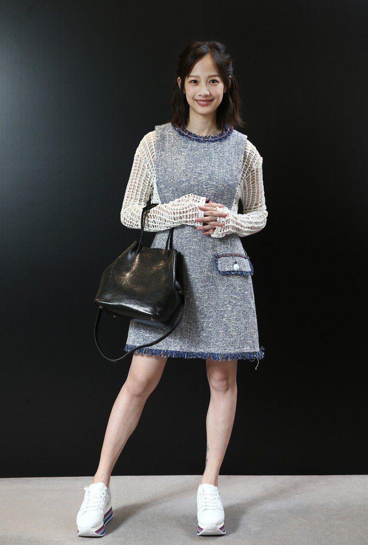 簡嫚書以秋冬新款HOGAN MAXI H222白色皮革休閒鞋穿出增高的修長腿型效...