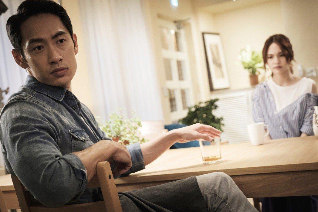 路斯明(左)變恐怖情人,與楊丞琳上演爭吵戲碼。圖/八大提供