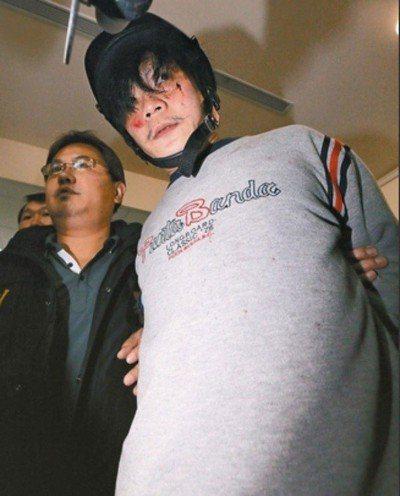 涉殺害女童小燈泡的凶嫌王景玉(右),二審仍判無期徒刑。圖/聯合報系資料照片