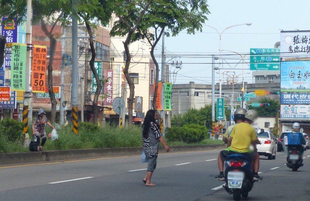行人不走斑馬線,直接穿越安全島過馬路,是行人被開罰單最多的違規行為。 記者劉明岩...