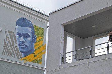 喀山飯店再迎世足巨星 內馬爾畫像也登建築外牆