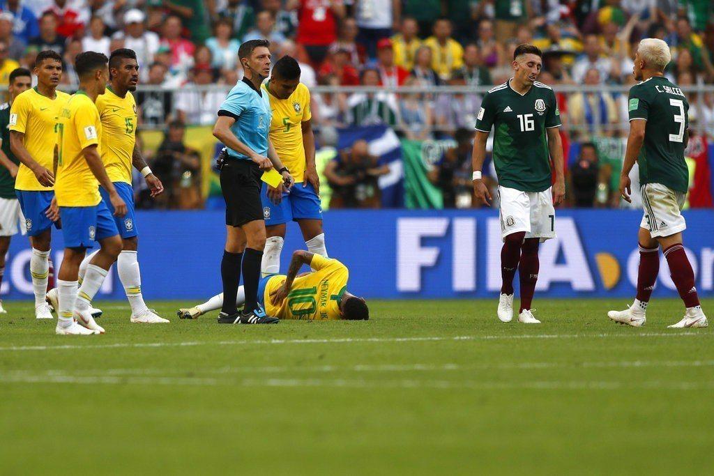 巴西教頭過曾批評過內馬爾假摔是小孩子們的壞榜樣。 美聯社