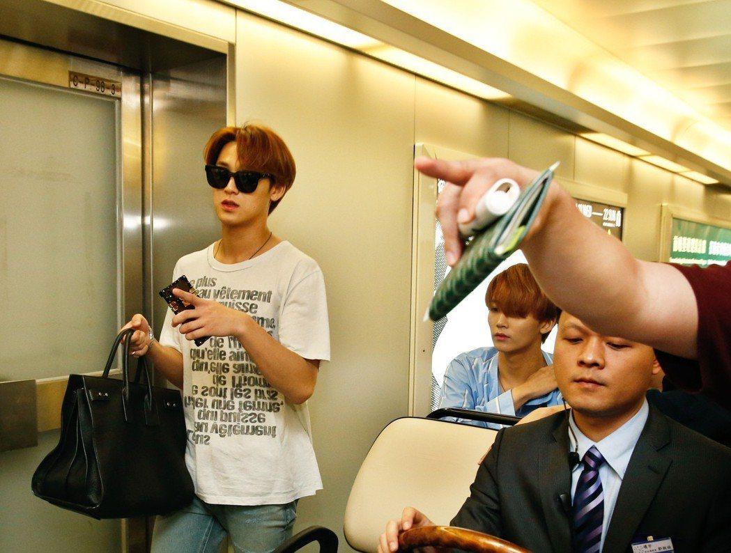 韓團SEVENTEEN下午搭乘華航CI-161班機抵台。記者鄭超文/攝影