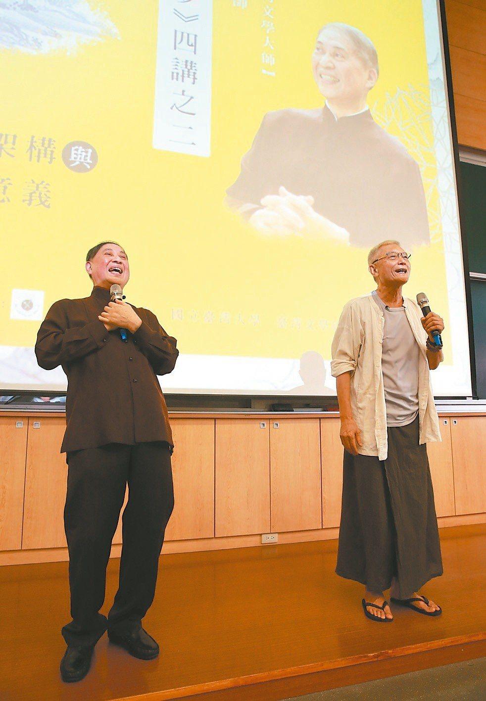 白先勇(左)與奚淞對談:《紅樓夢》的神話架構與儒、釋、道的交互意義。(圖/記者黃...