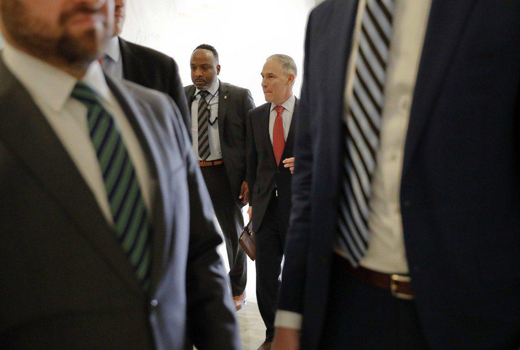 普魯特(中右)在維安人員大陣仗保護下來到聯邦眾院作證。(美聯社資料照片)