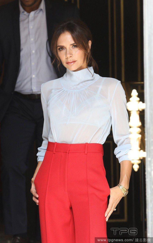 貝嫂出席Dior Homme於巴黎2019春夏男裝秀,配戴了一枚全新的黃鑽婚戒。...