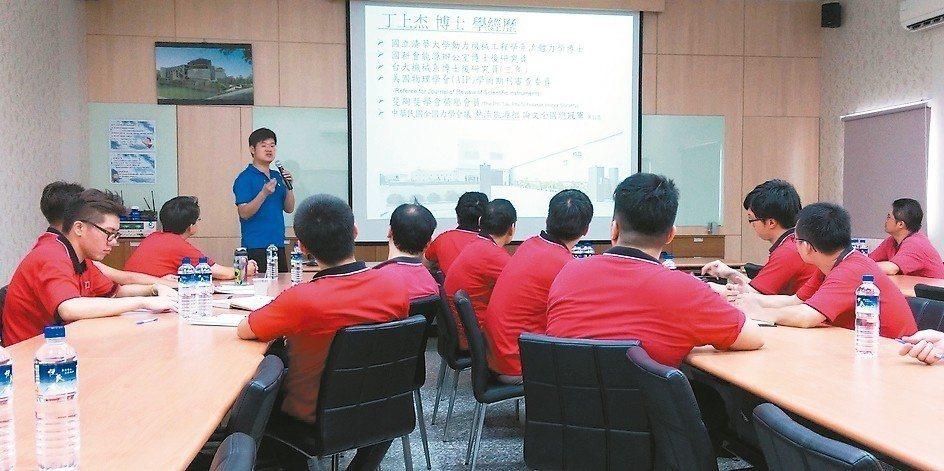 大瑞空壓公司經理丁上杰博士(站立者)常在業界講授空壓系統節能技術及如何有效降載節...