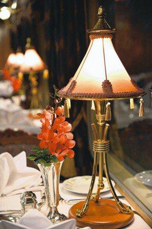 Eastern & Oriental Express餐車內的一盞餐桌燈,將整節餐...