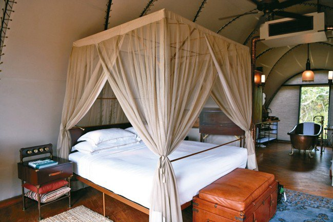 Wild Coast Tented Lodge 的帳篷走豪華路線,房間內的擺設充...