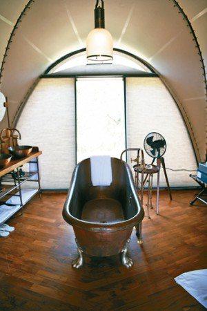 銅製的浴缸是帳篷房間內最搶眼的設備。 圖/MT、各業者提供