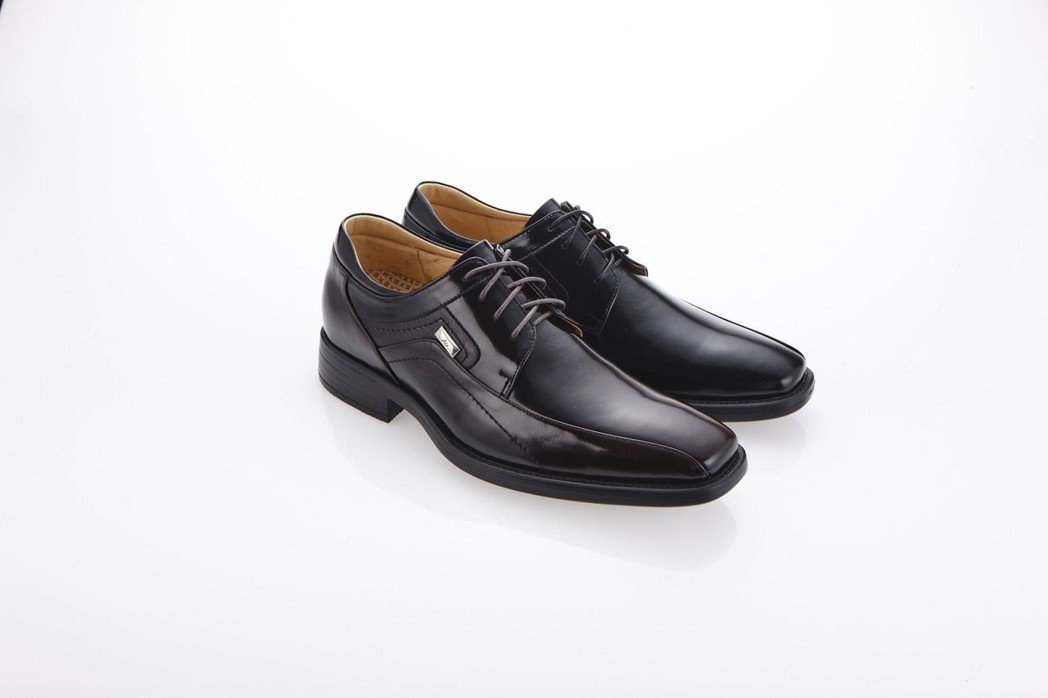 阿瘦寵爸爸,新「霸足氣墊鞋」獨家奈米鞋墊舒適透氣。A.S.O阿瘦集團/提供