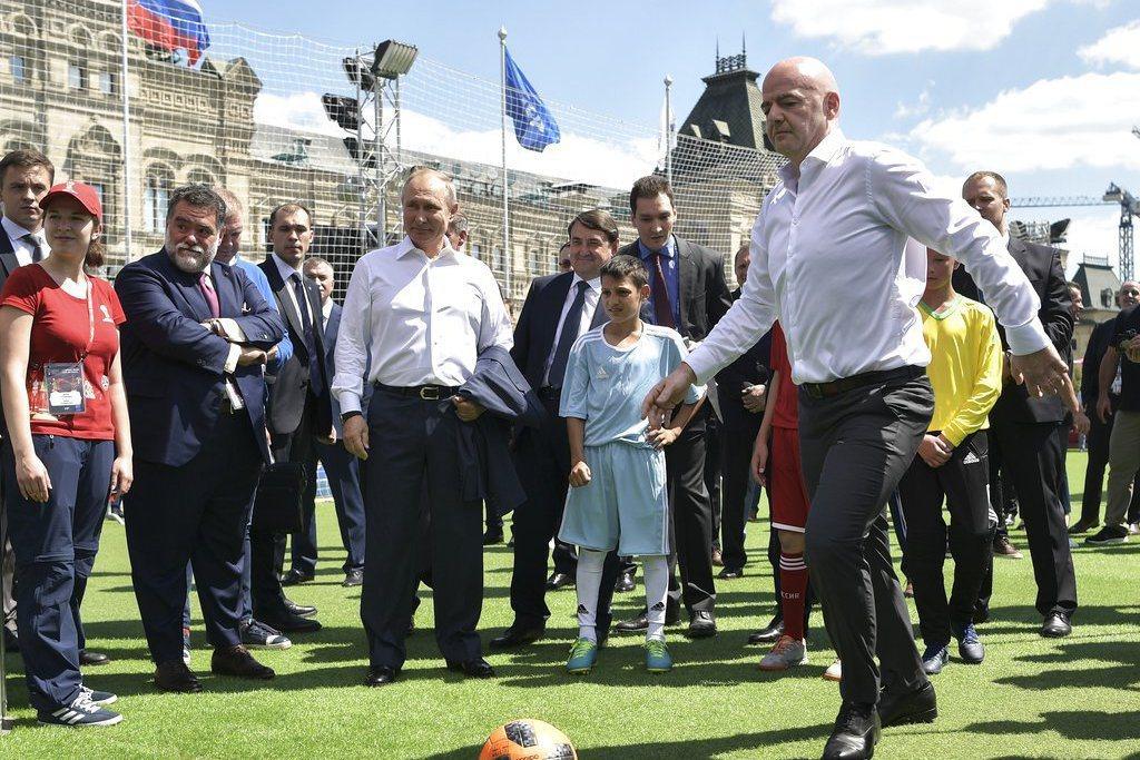 國際足球總會(FIFA)主席英凡提諾邀請受困在泰國洞穴內的足球小將前往俄羅斯觀賞...