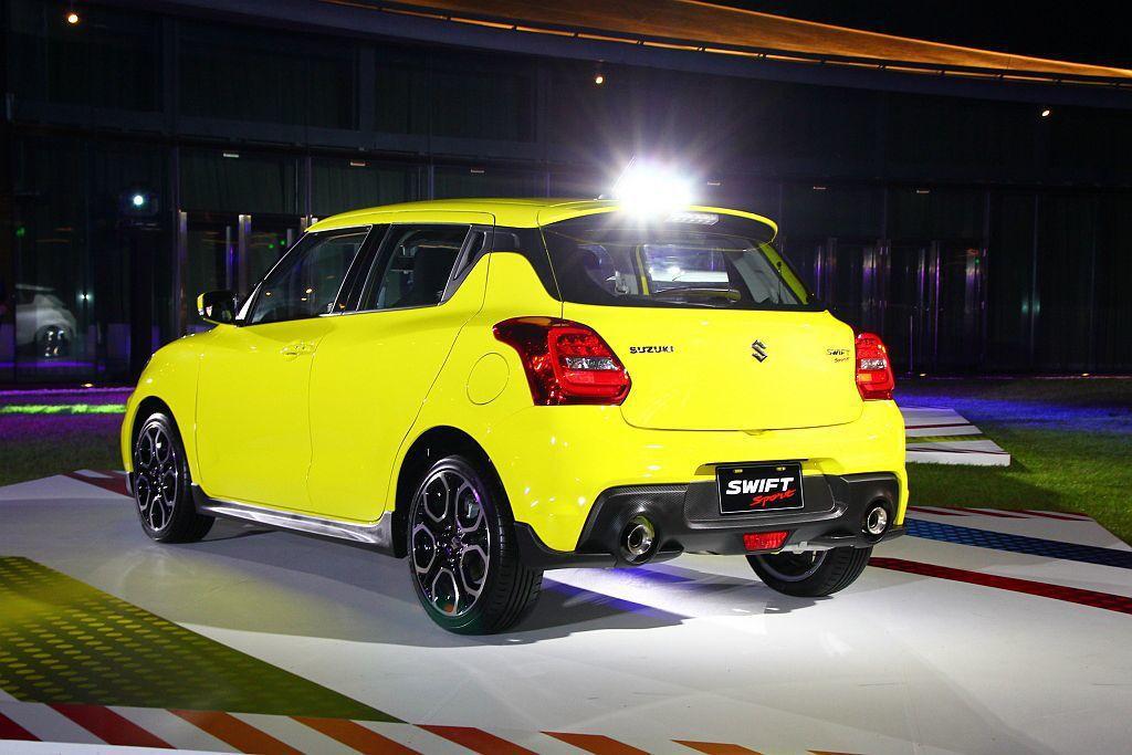 新Suzuki Swift Sport車尾方面,也有車頂擾流尾翼及雙出排氣尾管兩...
