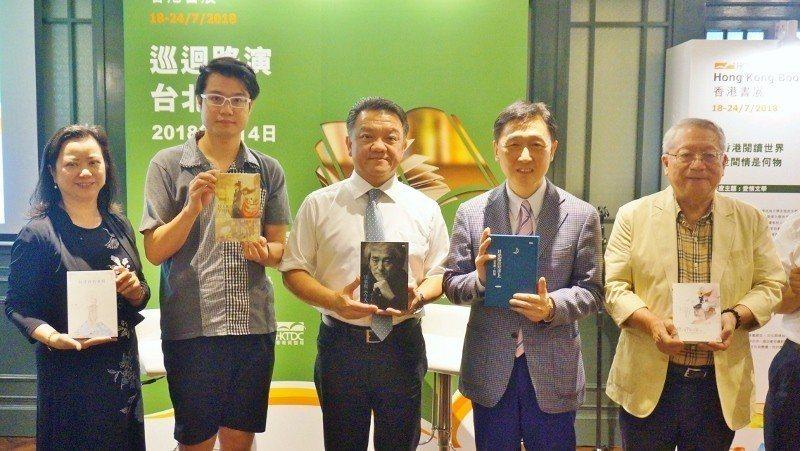 香港貿發局副總裁周啟良(右2)及台灣總經理潘慧心(左起)邀請作家天航、台灣出版商...
