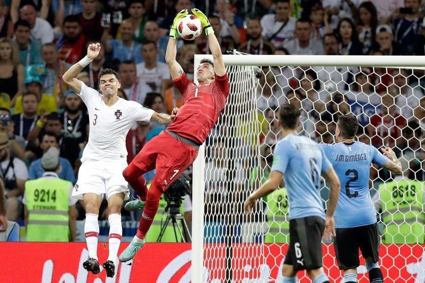 烏拉圭門將穆斯萊拉(左二)的防守如銅牆鐵壁,法國將遇上很大的挑戰。 美聯社