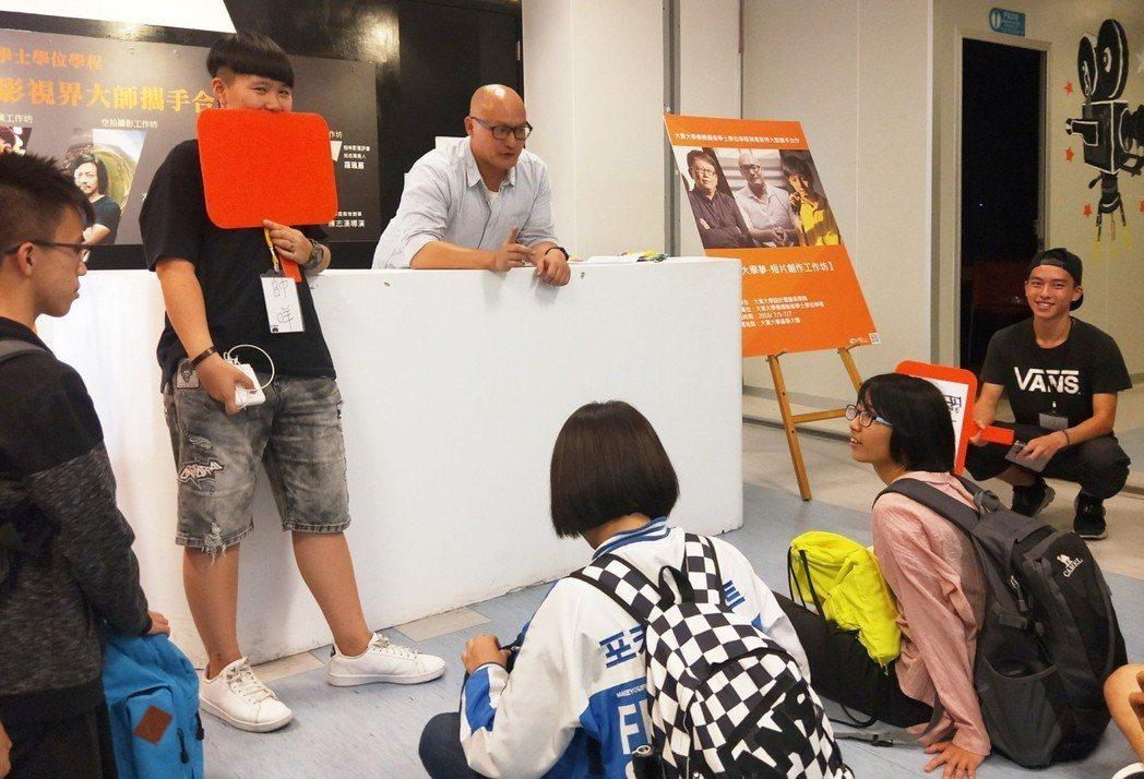 陳志漢導演與參加大葉大學工作坊的學生熱情互動 大葉大學/提供。