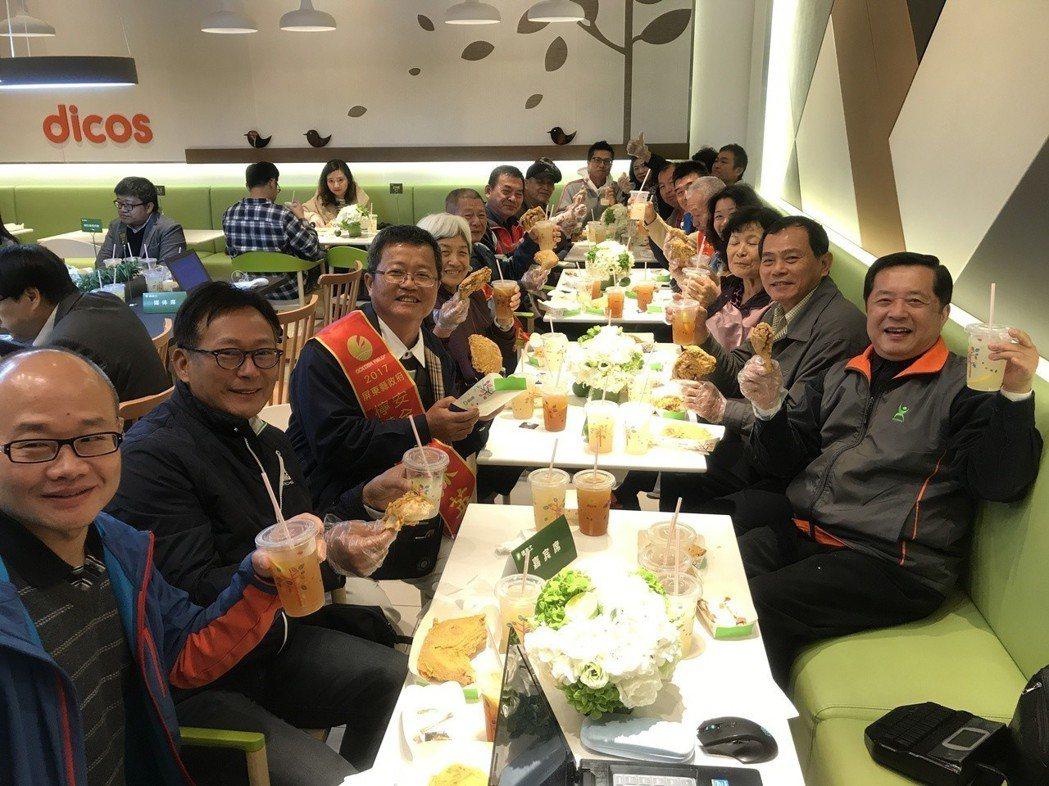 台灣檸檬農友在金色大地的協助行銷下,將產品出口到中國大陸,在上海市喝著自家種的檸...