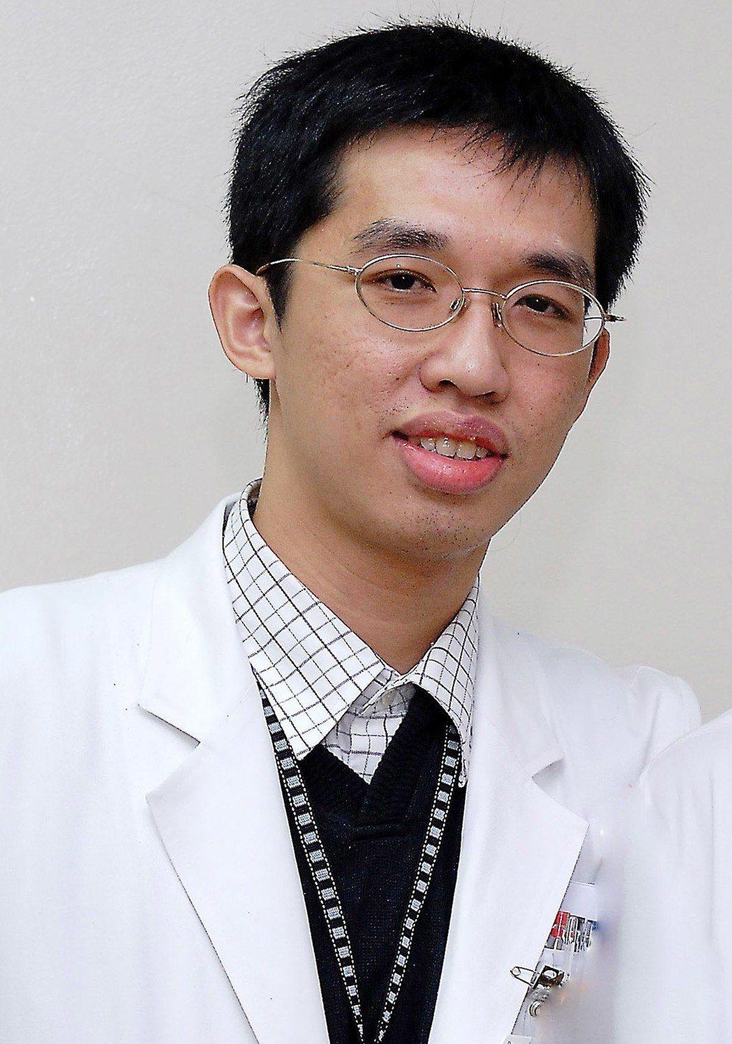 安泰醫院胸腔內科潘奕宏醫師指出:2016及2017年,國人因肺炎死亡的人數,皆高...