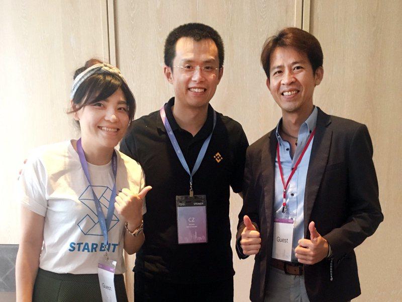 思偉達創新科技執行長(右一)與幣安執行長趙長鵬(右二)彼此勉勵一同為區塊鏈的未來...