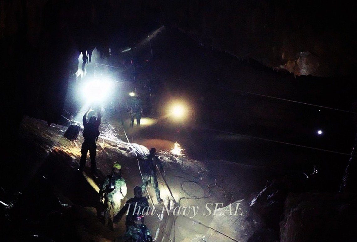 洞穴內的泰國海豹隊員。 圖/泰國軍方