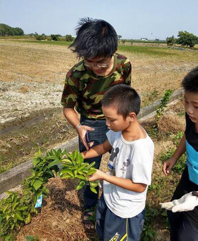 黃雅聖這5年在台南後壁做社區兒少的課後輔導與才藝,從一開始只是單純的陪伴,慢慢在...