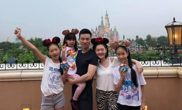 小S與老公帶著三個女兒赴上海迪士尼。 圖/擷自