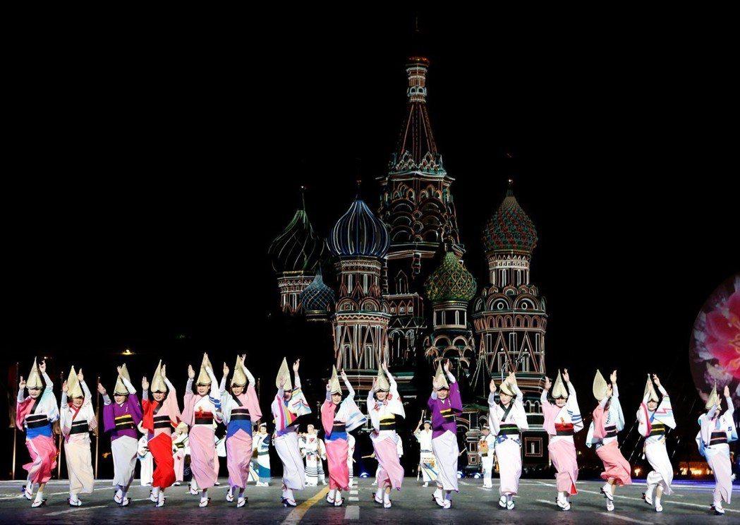 阿波舞成為日本文化推廣的標誌之一,圖為阿波舞連隊遠赴俄羅斯表演宣傳。 圖/路透社