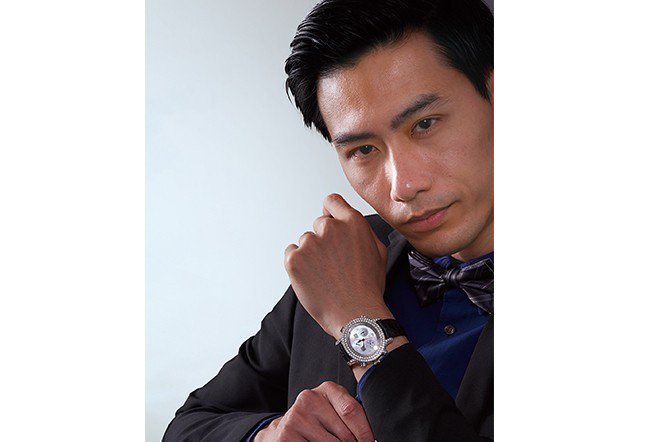 模特兒戴的珠寶錶來自日內瓦150年品牌Royal Diamond出產的Chati...
